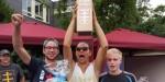 Stemmen die als Pokal getarnte Minibar in die Höhe: De Vasek und sini Nudle