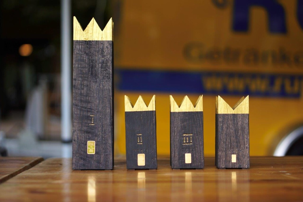 Die mit insgesamt 18,5 Gramm Gold bestückten Eichenholz-Pokale des Basler Künstlers Beat Breitenstein.