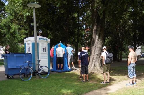 Ansturm auf die neuen Toi-Toi-Toiletten.