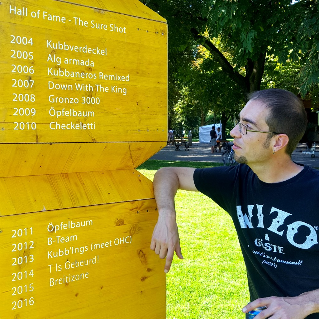 Cheesu studiert die Siegerliste des vermutlich ältesten Dreierkubbturniers der Welt.