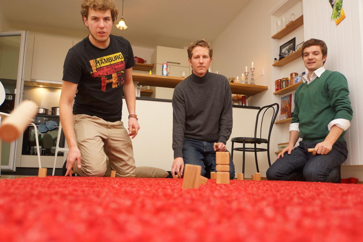 Mini-Kubb auf Teppich ist eine der beliebtesten Indoor-Kubb-Varianten.